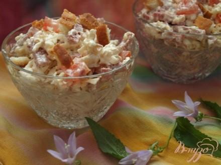 Салат с колбасным сыром и сухариками