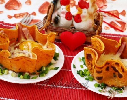 Яичница с ветчиной в томатных блинчиках для любимого