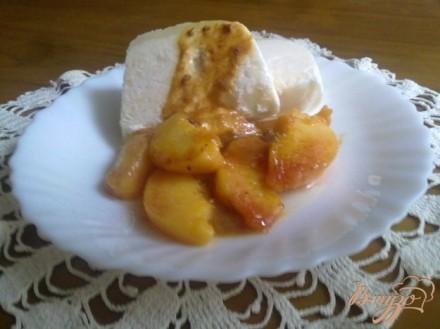 Парфе из йогурта с жареными персиками