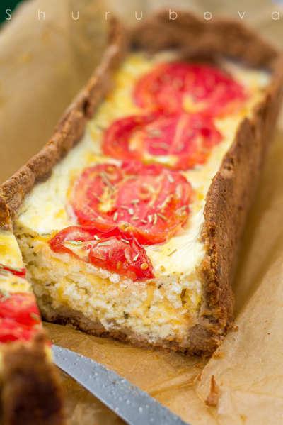 Творожный киш с сыром и помидорами