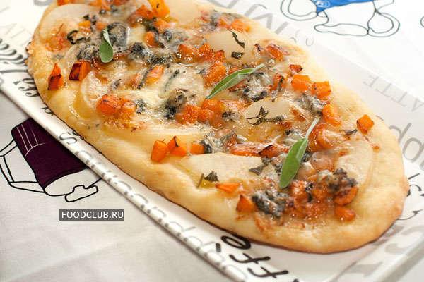Пицца с тыквой, грушей и горгонзолой