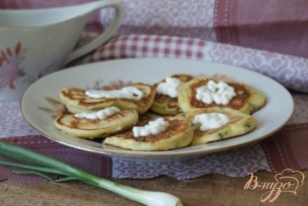 Ленивые пирожки с луком, яйцом и чесночным соусом