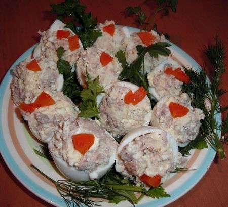 Фаршированные печенью трески яйца