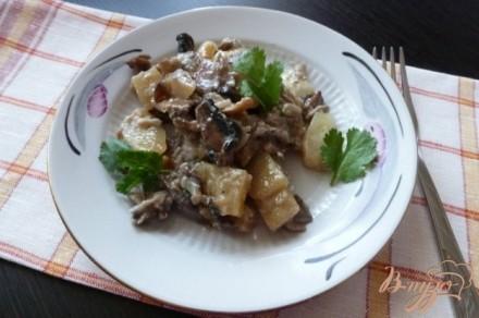 Молодой картофель с грибами,тушенный в молоке