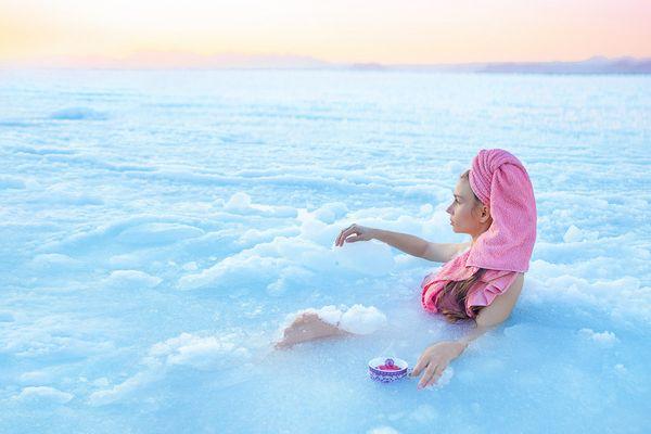 Мороженое, чай, игрушки: чем ещё занимаются девушки Владивостока в ледяном море?