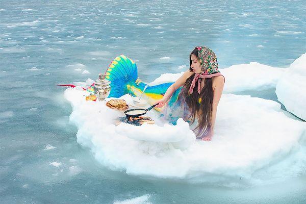 Приморская русалочка отмечает Масленицу на льдине