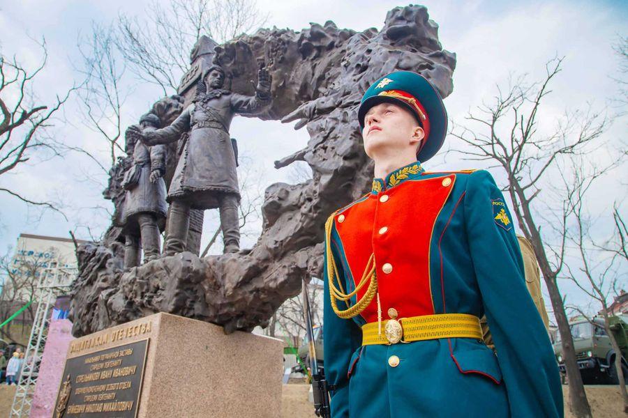 Горячий лёд Даманского: во Владивостоке открыли памятник пограничникам