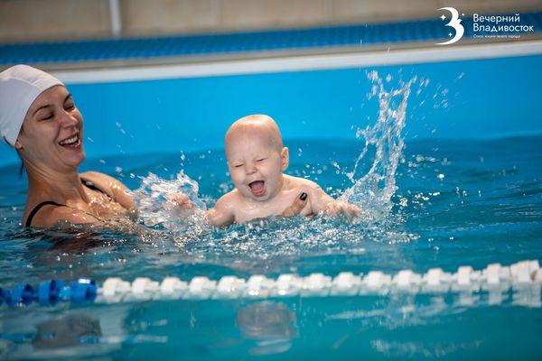 В своей стихии: как плавание влияет на развитие младенцев