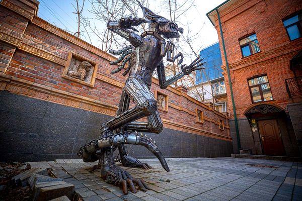 Памятник женской груди и Чужой: самые необычные скульптуры Владивостока
