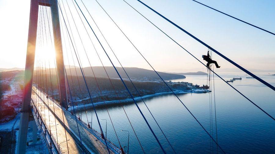 Альпинисты vs лёд: что происходит на Русском мосту?