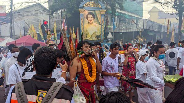 Вегетарианский фестиваль в Таиланде: увидеть и не сойти с ума