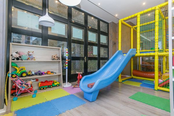 Родителям – вкусно, детям – весело: обзор детских комнат в ресторанах города