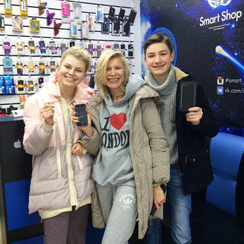 К нам ходят за покупками целыми семьями и мы всегда рады позитивным клиентам! Они приобрели iPhone 7 Jet Black.Дочка: vk.com/s.olshanovaМама:vk.com/id158072810Сын:vk.com/evilkot1121