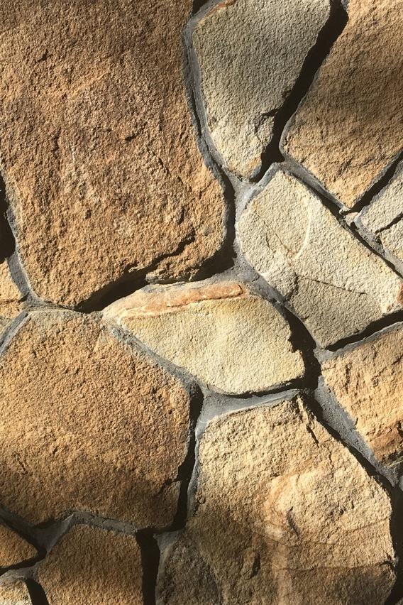 ПЕСЧАНИК ПЛИТНЯК38 видов песчаника пластушки. Крепкий камень с ровной поверхностью для наружной облицовки фасадов и заборов. Для мощения пешеходных дорожек и автодорог.
