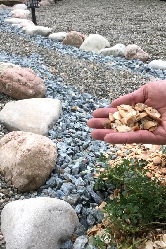 ГАЛЬКА И БУЛЫЖНИКИК64 вида речной и морской гальки, каменной крошки и булыжников. Прекрасная палитра для ландшафтного дизайна, отсыпки дорожек и водоёмов. Фракции от 5-10 мм, до 400-500мм.