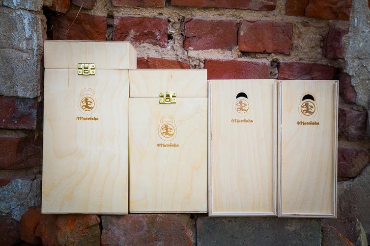 Серия футляров и пеналов из фанеры с логотипом производителя, для расписных матрешек.