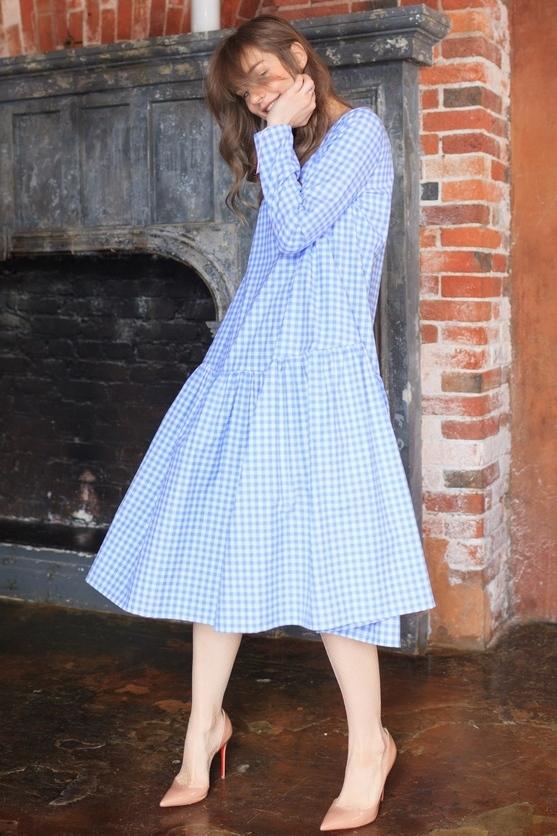 Платье с воланом3 900 p.Платье свободного края с воланом создаёт лёгкий образ даже на контрасте с грубыми ботинками. Впишется и в летний гарбероб с босоножками, и в осенний - с пальто.