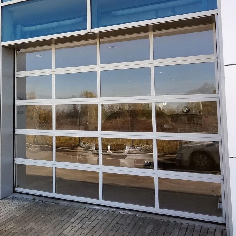Панорамные подъемно-секционныеворотаПанорамные секционные ворота серии ISD02 устанавливаются в проемы зданий с остекленными фасадами, а также там, где требуется обеспечить максимальный обзор внутреннего пространства, например, в автосалонах.