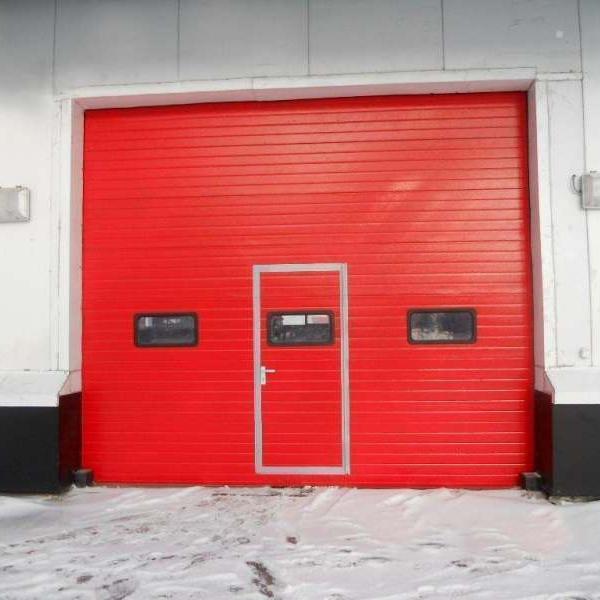 Противопожарные подъемно-секционные воротаВ конструкции ворот предусмотрены защитные устройства от разрыва троса и обрыва пружины, которые предотвращают падение полотна в аварийной ситуации.