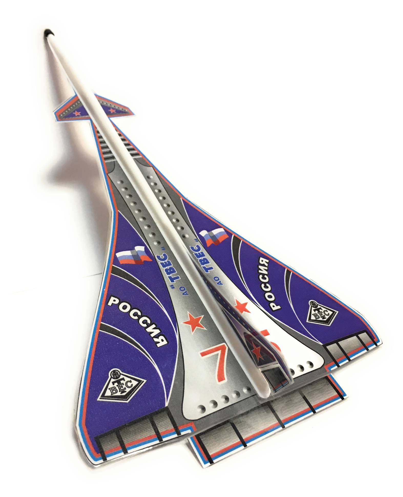 ДельтаУ модели есть руль поворота, крена и высоты.Запускается самолет с помощью резиновой катапульты, входящей в комплект. Аэродинамика модели рассчитана настолько хорошо, что после запуска самолет летит удивительно ровно и далеко!