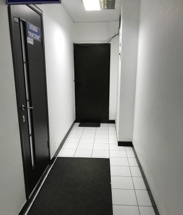 Офисное помещение на подвальном этаже в БЦ БИЗНЕС ПЛАЗА площадью 139 кв.м. Первая линия, близость остановки, евроремонт, интернет, телефон, пожарная и охранная сигнализации. Круглосуточный доступ в помещение. В помещении располагаются 4 кабинета: 36 кв.м., 30 кв.м., 21к в.м, 17 кв.м., коридор и санузел. Цена: 2,5 (млн.руб.) ☎ Звоните (9-19ч): 8-915-495-04-56