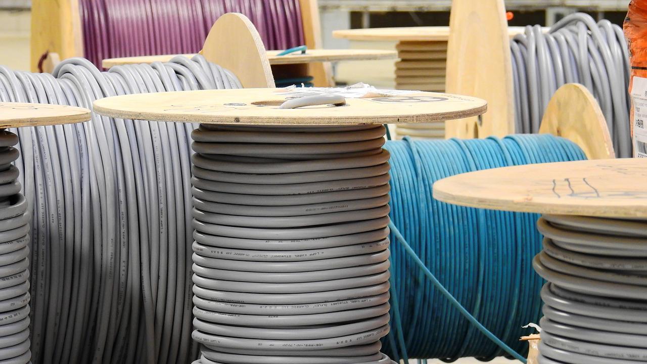 Прокладка кабеляПрокладка новых силовых кабелей по проекту или по технической документации (для действующих кабельных линий при капитальных или аварийных ремонтах).Подробнее