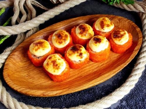 ЗАПЕЧЕННАЯ КАЛИФОРНИЯЗапеченный ролл с сурими, хрустящим огурчиком, чесночно-сырным соусом и рисом в обсыпке из икринок «Масаго».