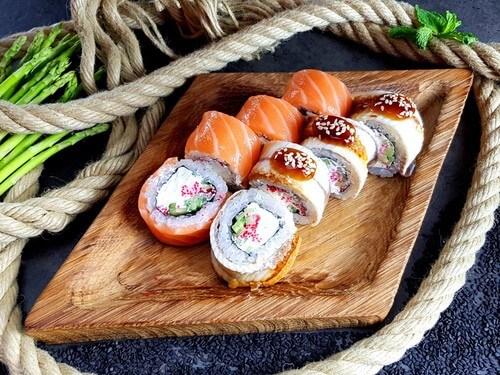 НАКАМОТОНежнейший лосось, ароматный копченый угорь, сливочный сыр, хрустящий огурчик, «Масаго», соус «Унаги» и кунжут.