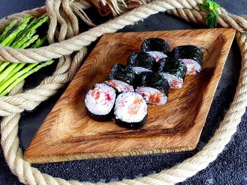 САТОШИ РОЛЛНежный лосось, сливочный сыр, икринки Масаго.