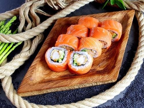 КЕНДЗОНежный лосось, тигровая креветка, сливочный сыр и хрустящий огурчик.