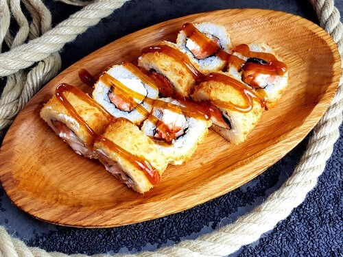 ТАЙОНежный лосось, сливочный сыр, панко и кляр темпура, соус «Унаги»..
