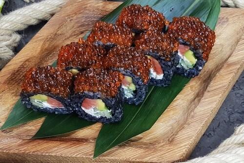 ЧЕРНАЯ ЖЕМЧУЖИНАРоллс копченым лососем, хрустящим огурчиком, авокадо, сливочным сыром, черным рисом и красной икрой лосося.