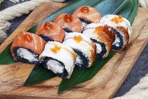 НАКАМОТО BLACKНежный лосось, копченый угорь, сливочный сыр, снежный краб, хрустящий огурчик, красная икра лосося, черный рис и соус «Унаги».