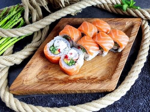 ТОБУ РОЛЛКопченый лосось, тигровая креветка, авокадо, хрустящий огурчик, «Масаго» и сливочный сыр.