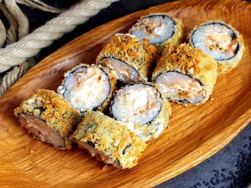 ТЕМПУРА С УГРЕМАроматный копченый угорь с японским соусом «Спайси», сливочный сыр, панко и кляр темпура.