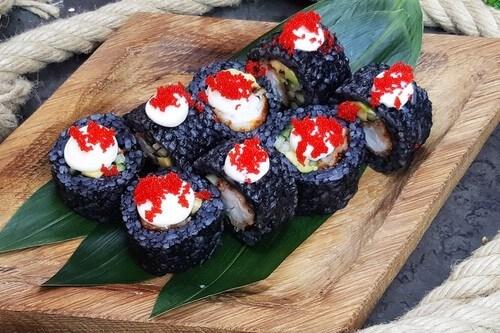 ЧЕРНАЯ КРЕВЕТКАРолл с тигровой креветкой, черным рисом, авокадо, хрустящим огурчиком, японским майонезом и икринками «Масаго».