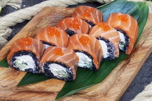 ФИЛАДЕЛЬФИЯ BLACKНежный лосось, сливочный сыр, черный рис и красная икра лосося.