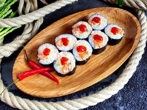 ФУТО С ЛОСОСЕМНежнейший лосось в японском соусе «Спайси», хрустящий огурчик, авокадо и соус «Шрирачи».