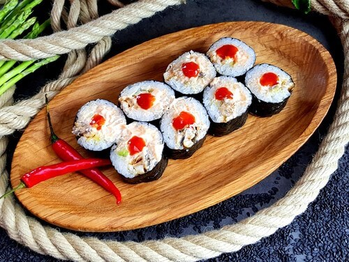 ФУТО С УГРЁМАроматный копченый угорь в японском соусе «Спайси», хрустящий огурчик, авокадо и соус «Шрирачи».