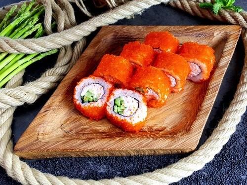 КАЛИФОРНИЯРолл с сурими, хрустящим огурчиком и рисом в обсыпке из икринок «Масаго».