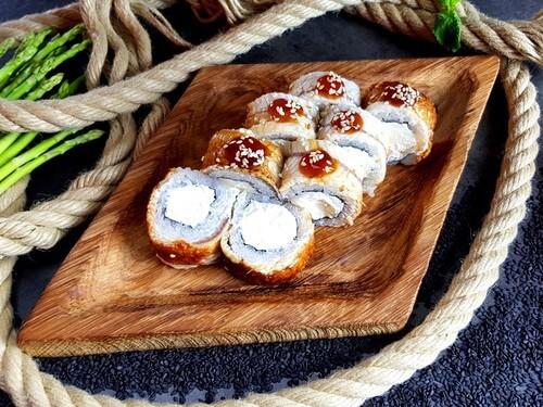 КАНАДА ЧИЗУУгорь, сливочный сыр, «Унаги» соус и кунжут.