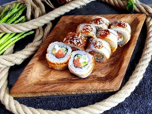 КАНАДАНежнейший лосось, ароматный копченый угорь, сливочный сыр, хрустящий огурчик, авокадо, соус «Унаги» и кунжут.