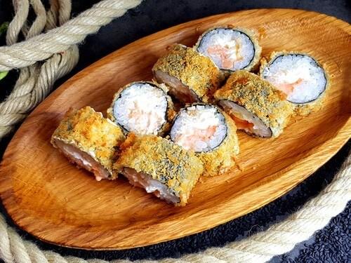 ТЕМПУРА С ЛОСОСЕМНежный лосось с японским соусом «Спайси», сливочный сыр, панко и кляр темпура.