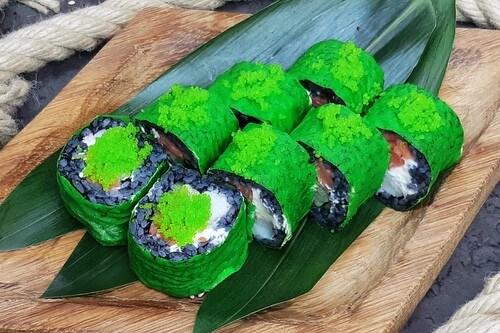 ЗЕЛЕНАЯ МАМБАРолл с черным рисом, креветкой, сливочным сыром, хрустящим огурчиком, копченым лососем, маменори и икринками «Масаго».