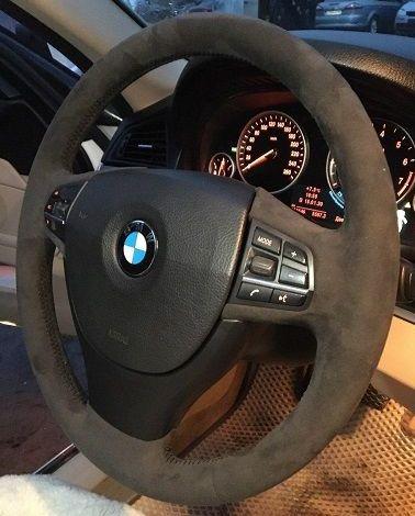 Перетяжка руля Бмв 520в автомобильную Алькантару (Италия) перетяжка руля этим материалом занимает 3,5 часа. цена 8000