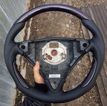 Porsche Cayenn turboПеретяжка руля наппой с карбоновыми вставками, стоимость работы 5500.