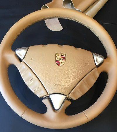 Перетяжка руляПорше Кайеннвыполнялась оригинальной кожей Porsche Nappaцена 6500