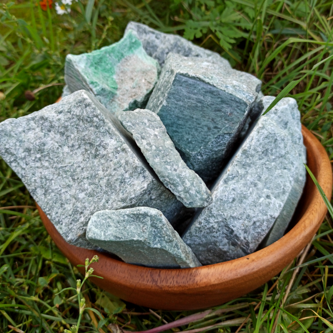 Крупная закладка камней от 40 до 80 кг.Жадеит колотый 10 кг 1600 руб.