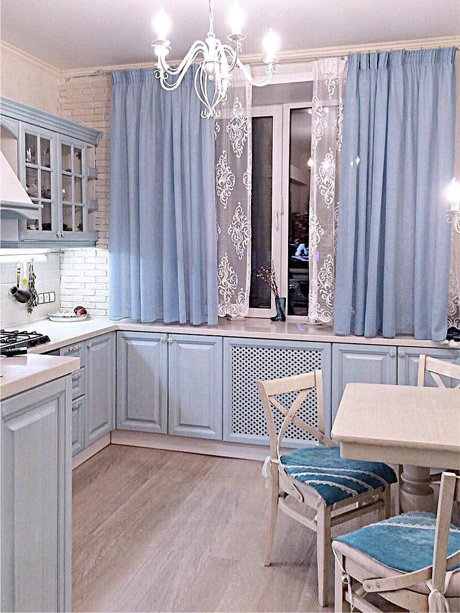 Классическая кухня голубогоцвета с фасадами из бука