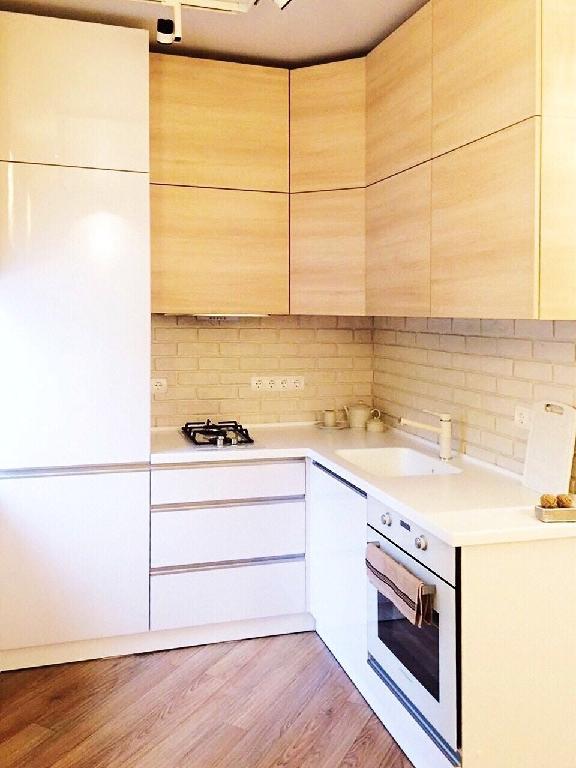 Современная кухня без ручек с фасадами из пластика